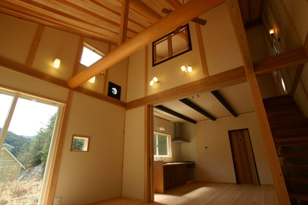 京北の家 吹き抜けでLDKと二階寝室の空間が一体に